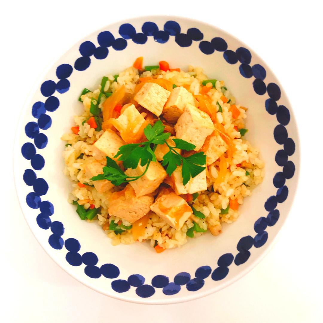 Arroz con tofu encebollado